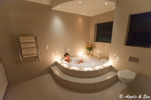 Splendid bathroom en-suite to the main bedroom. Ideal for relaxing in the spa-bath after a long day!