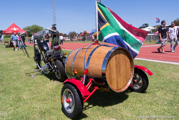 A motorcycle luggage-trailer built from a wine barrel !